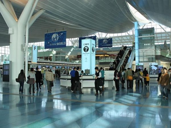 Observe the tiles at Haneda Airport in Tokyo. Picture by Terrykimura - Source: Flickr